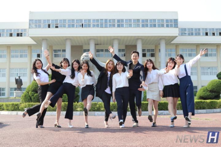含着毕业班学生们遗憾的ERICA校区毕业照拍摄