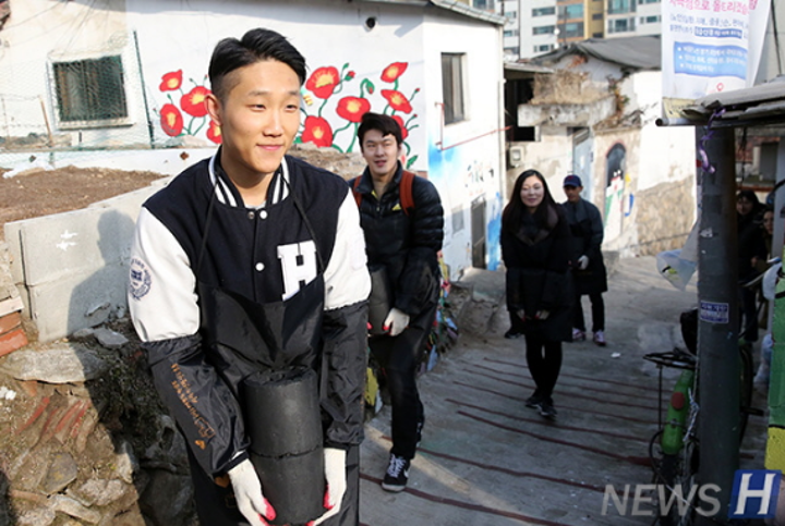 """汉阳大学校友志愿服务团""""与你同行的汉阳大"""", 为城东区低收入家庭送煤过冬"""