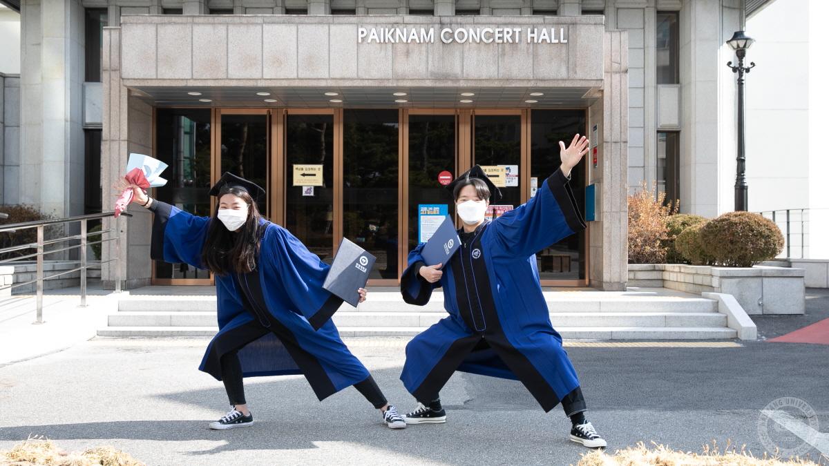 """""""졸업을 축하해요!"""" 포토존 앞에선 졸업생"""